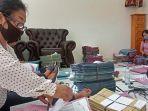 sejumlah-pegawai-dinas-koperasi-bangli-melakukan-pengecekan-berkas-pbsu-rabu-362020.jpg