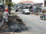 sejumlah-pekerja-membersihkan-sedimentasi-pengendara-sudah-melewati-jalan-raya-bedulu.jpg