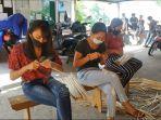sejumlah-perempuan-di-desa-tigawasa-kecamatan-buleleng-saat-mengikuti-pelatihan.jpg