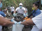 sejumlah-relawan-sungai-watch-menggelar-aksi-bersih-bersih-sampah-di-kawasan-hutan-mangrove.jpg