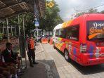 sejumlah-siswa-menaiki-bus-sekolah-gratis-di-jalan-kamboja-denpasar-senin-712019.jpg