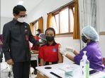 sekda-arnawa-saat-menghadiri-pelaksanaan-program-vaksinasi-bagi-anak-anak-umur-12-17-tahun.jpg