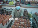 seorang-pedagang-telur-wayan-sumiata-60-tampak-bersabar-menunggu-pembeli.jpg