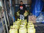 seorang-pekerja-sedang-merapikan-gas-lpg-3-kilogram-di-sub-agen-gas-di-klungkung.jpg