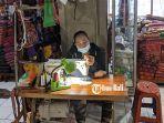 seorang-penjahit-di-pasar-seni-semarapura-klungkung.jpg
