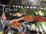 seorang-perempuan-tengah-membeli-bahan-pokok-di-pasar-murah-yang-digelar-tpid-tabanan.jpg
