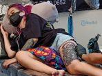 seorang-tatto-artist-tengah-menatto-seorang-model.jpg
