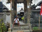 seorang-warga-desa-adat-penglipuran-tengah-menunggu.jpg