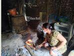 seorang-warga-sedang-memproduksi-arak-di-desa-besan-klungkung.jpg