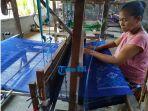 seorang-warga-sedang-menenun-di-sentra-produksi-endek-milik-i-nyoman-sudira-di-desa-gelgel.jpg