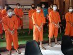 sepuluh-pelaku-penyalahguna-narkotika-berjejer-setelah-diamankan-petugas-kepolisian.jpg