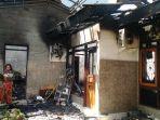 seseorang-menyelamatkan-barang-dari-dalam-rumah-yang-terbakar.jpg