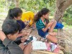 siswa-di-desa-sekartaji-belajar-daring-di-perkebunan-warga.jpg