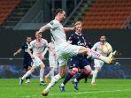 striker-ac-milan-zlatan-ibrahimovic-mendapat-adangan-ketat-dari-pemain-crvena-zvezda.jpg