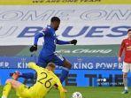 striker-leicester-city-nigeria-kelechi-iheanacho-tengah-mengambil-bola-ke-gawang-manchester-united.jpg