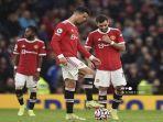 striker-manchester-united-asal-portugal-cristiano-ronaldo-tengah-dan-gelandang-manchester-united.jpg