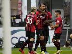 striker-zlatan-ibrahimovic-merayakan-golnya-dengan-pemain-ac-milan.jpg