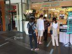 suasana-pengunjung-di-pintu-masuk-utama-lippo-mall-kutaa.jpg