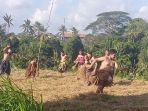 suasana-saat-pemuda-mementaskan-permainan-tradisional-anak-anak-agraris-yakni-megandu.jpg