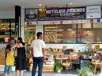 suasana-sejumlah-warga-melihat-produk-produk-yang-ditawarkan-di-bazar-hoteliers-friends.jpg