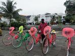 suharto-berfoto-di-tengah-sepeda-ontel-yang-disewakannya-di-wisata-kota-tua-jakarta-k.jpg