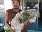 surachit-seorang-pemulung-menunjukkan-batu-besar-yang-ditemukannya.jpg