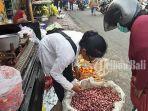 suweni-tengah-melayani-pembeli-di-pasar-kumbasari-denpasar-bali-sabtu-1852019-1.jpg