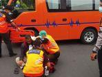 t-65-saat-dibantu-evakuasi-oleh-petugas-ambulans-bpbd-denpasar-setelah-mengalami-laka.jpg