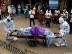 tenaga-kesehatan-memakai-alat-pelindung-diri-apd-membawa-jenazah-seorang.jpg