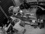 terlihat-pelaku-kasus-pencurian-di-jalan-raya-sesetan-denpasar-selatan-berjalan-memasuki-toko.jpg