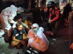 tiga-orang-remaja-korban-kecelakaan-lalu-lintas-ditangani-oleh-petugas-ambulans.jpg