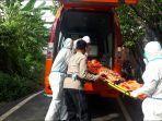 tim-bpbd-kota-denpasar-bersama-petugas-kepolisian-saat-melakukan-evakuasi-jasad-laki-laki.jpg
