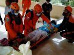 tim-gabungan-saat-melakukan-evakuasi-seorang-warga-yang-kelelahan-saat-melakukan-pendakian.jpg