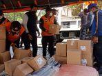 tim-gabungan-saat-menata-bantuan-logistik-bagi-warga-yang-terdampak.jpg
