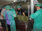 tim-instalasi-forensik-rsup-sanglah-tengah-membersihkan-jenazah-terlantar_20181003_185541.jpg