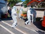 tim-medis-bpbd-kota-denpasar-terlihat-mengevakuasi-jenazah-kevin-menggunakan-pakaian-apd.jpg