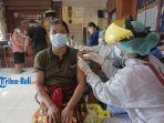 tim-medis-menyuntikkan-vaksin-pada-warga-di-kantor-desa-sumerta-kelod.jpg