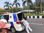 tim-medis-rs-bali-jimbaran-saat-menolong-rohendi-59-yang-mengalami-kecelakaan-tunggal.jpg
