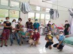tim-medis-rsup-sanglah-dan-pengelola-yayasan-mc-moran-ketika-melakukan-kegiatan-berdongeng.jpg