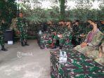 tim-mtt-sfab-us-army-saat-diskusi-latihan-menembak-di-mako-yonif-mekanis-741gn.jpg