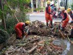 tim-pupr-badung-saat-melakukan-pembersihan-sampah-dan-penyedotan-lumpur-pada-drainase.jpg