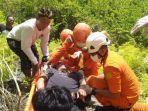 tim-sar-mengevakuasi-seorang-warga-yang-terpelesat-dari-atas-tebing.jpg