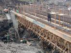 tni-melalui-kegiatan-tmmd-membangun-jembatan-penghubung-di-bukit-galah.jpg