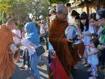 tradisi-pindapata-di-sepanjang-jalan-wahidin-denpasar-menuju-vihara-buddha-sakyamuni.jpg