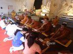 umat-buddha-berdoa-saat-upacara-pattidana-di-vihara-buddha-sakyamuni.jpg