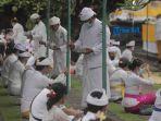 umat-hindu-melaksanakan-persembahyangan-hari-raya-saraswati-di-masa-pandemi.jpg