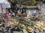 umat-hindu-melaksanakan-persembahyangan-saraswati-pura-jagatnatha.jpg