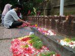 umat-muslim-laksanakan-ziarah-dengan-tabur-bunga-di-halaman-depan-pemakaman.jpg
