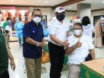 wagub-bali-cok-ace-bertopi-putih-saat-memantau-pelaksanaan-vaksinasi-tahap-ke-2-bagi-pekerja.jpg