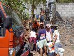 warga-banjar-dinas-kecag-balung-mengantre-untuk-mendapatkan-bantuan-air-bersih.jpg